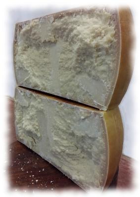 Una forma di Parmigiano appena tagliata